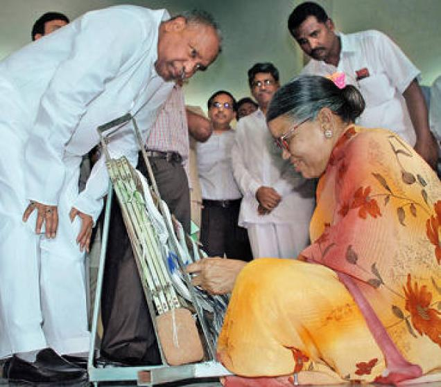 K.Sambhashiva Rao, Union Minister for Textiles, interacting with a weaver at handloom park at Kanumukula village in Nalgonda district on Monday. / Photo: Singam Venkataramana / The Hindu