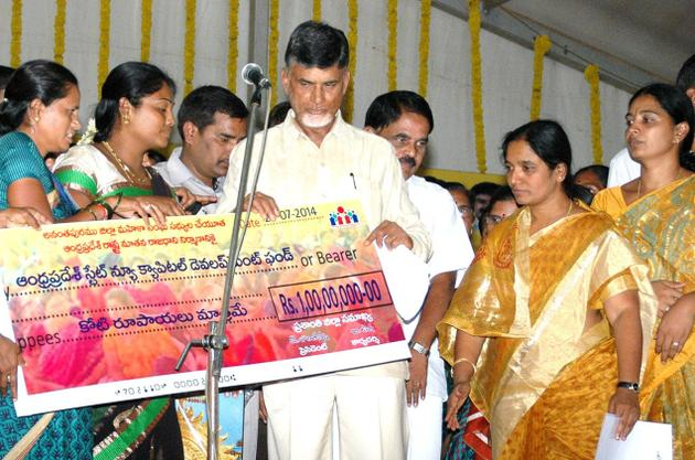 DWCRA women handing a cheque for Rs. 1 crore to Chief Minister N.Chandrababu Naidu for development of Andhra pradesh, at Puttaparthy in Anantapur district on Thursday. PHOTO: R.V.S. PRASAD / The Hindu
