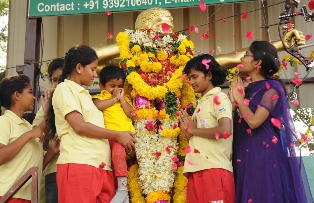 Archers paying tribute to international archer and coach Ch. Lenin on his fourth death anniversary in Vijayawada on Friday. / Photo Ch. Vijaya Bhaskar