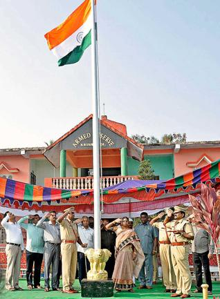 Krishna District Revenue Officer A. Prabhavathi hoisting the national flag at Machilipatnam on Monday.— photo: by arrangement