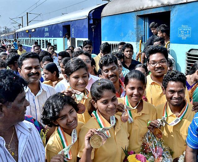 Winners all the way:Archers, who won medals in the National Games in Kerala, being accorded a grand welcome at the Vijayawada Railway station on Tuesday. —Photo: V. Raju.