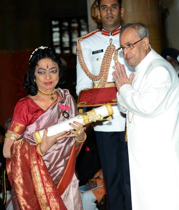 Yamini Krishnamurti receiving the award from President Pranab Mukherjee. Photo Sandeep Saxena