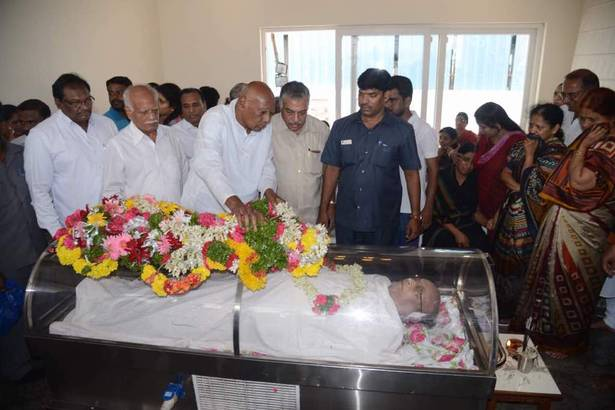 Former Governor K. Rosaiah pays homage to C Narayana Reddy in Hyderabad.   | Photo Credit: K.V.S Giri